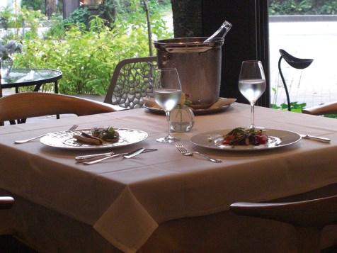 別荘のような雰囲気の中、リラックスしてお食事が楽しめる店内