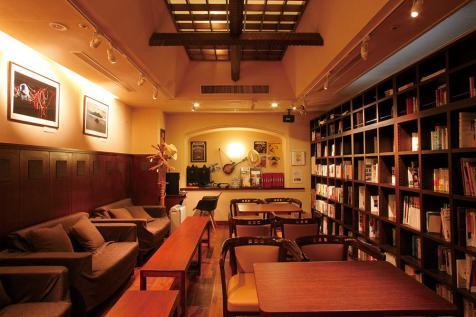 宿主が選び抜いた本が多数並び、 ゆっくりとした時間をお過ごし いただける「ブックカフェ」。 お好きな飲み物と共に寛ぎの ひとときをどうぞ