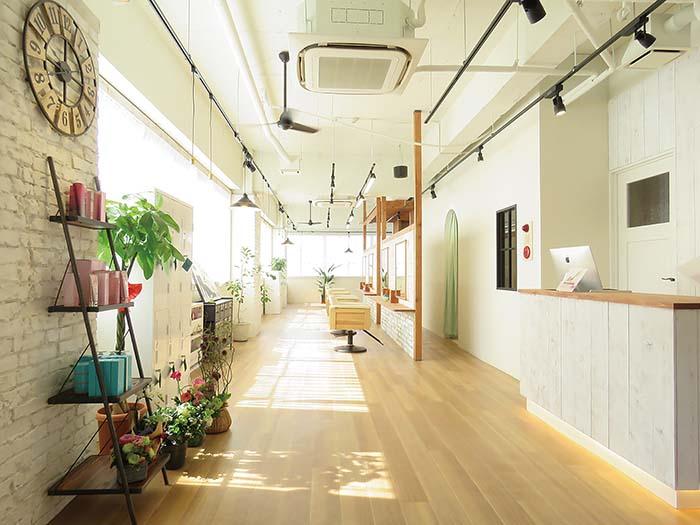 大きな窓からやわらかな日差しがやさしく降り注ぐ明るい店内。白を基調としたスタイリッシュで心地の良い空間