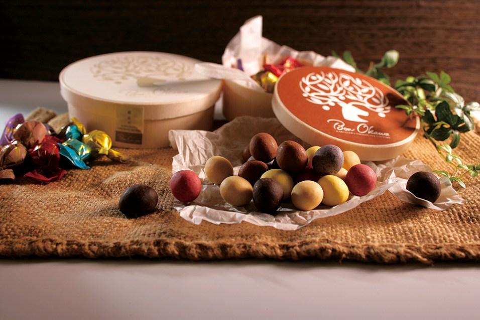 マカダミアナッツに本場ベルギー産の最高級チョコレートをコーティングした可愛い「チョコレートボール」