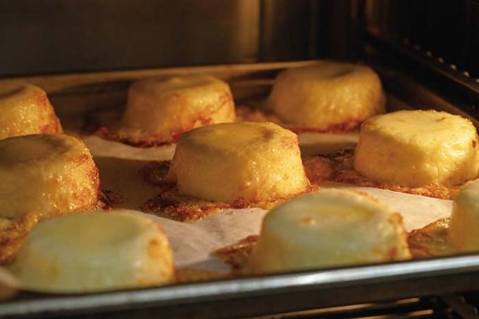冷蔵庫などで自然解凍後、トースターまたは220℃のオーブンで約10分焼くだけでとても贅沢なアミューズグール(お口のお愉しみ)が完成