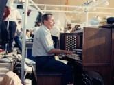 Jacques Berthier à l'orgue électronique pour la venue, à Lyon, de Jean-Paul II en 1986