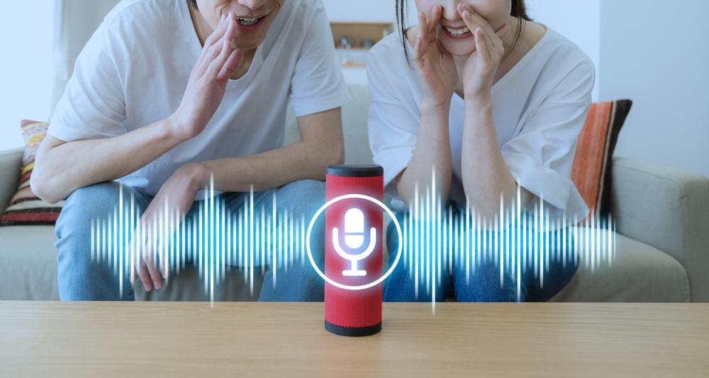 2 người sử dụng nhận dạng giọng nói AI với trợ lý ảo.