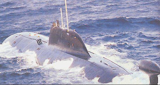 """Submarino nuclear de ataque classe """"Akula II"""", fotografado nas proximidades das Ilhas Sakhalina. O desempenho, em termos de manobrabilidade e velocidade, dessa classe de naves, é superior sob a água do que na superfície."""
