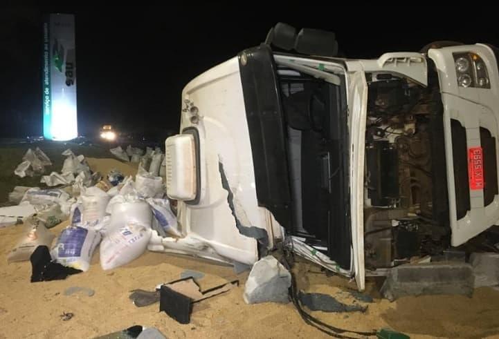 Caminhão carregado de soja tomba na BR-277 e três pessoas ficaram feridas 1