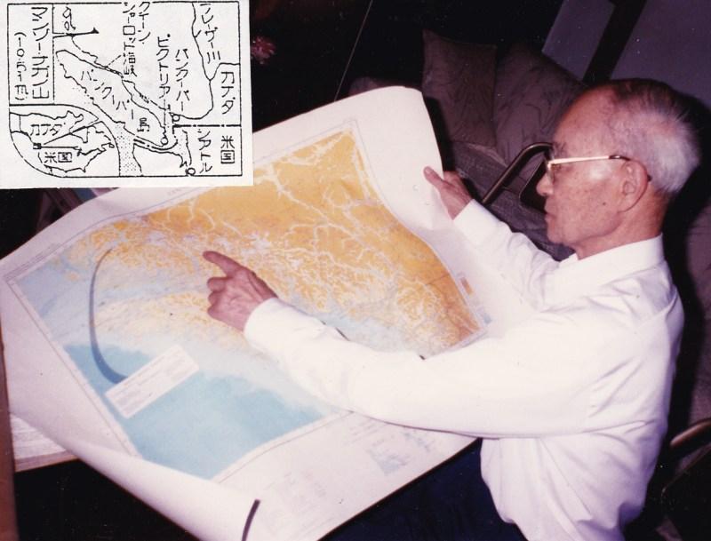 B.C州沿岸の山脈にそびえ立つマンゾー・ナガノ山(1951 m)を指し示す北村高明さん(日系ボイス1991年8月号掲載)