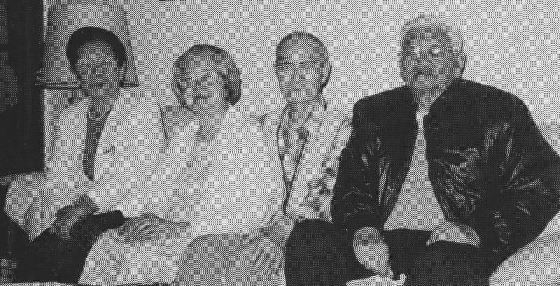 1992年9月30日、トロントの北村邸を訪れた萬蔵の孫タイラス(右端・辰夫の長男)、左端の森作順(辰夫の第一子で4人の子供の中で唯一の娘)と北村高明・操子夫妻。昼食をはさんで和やかな歓談の一時を過ごした。  (Photo: Yusuke Tanaka)