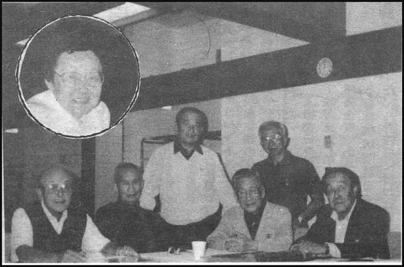 1991年10月18日、往年の6選手を囲み「伝説の朝日軍」の制作スタッフとの昼食会がトロント市内で持たれた。左からミッキー前川、フランク白石、カズ菅、エディ北川、トミー澤山、ケン沓掛。円内は発行責任者パット足立。
