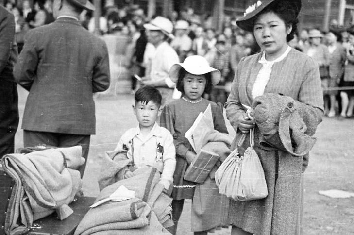 1946年に日本に追放されてBC州スローカン市を出発する日系人家族。 NNM1994.76.3.a-c