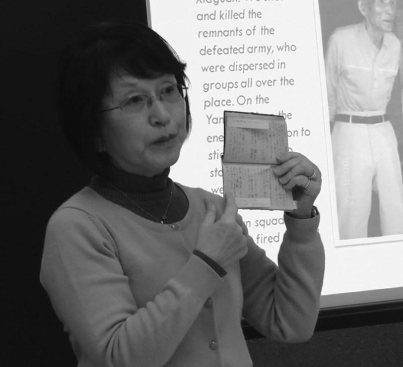 元兵士の日記を手に講演する松岡環さん(4月13日、トロント大での出版記念会で田中撮影)