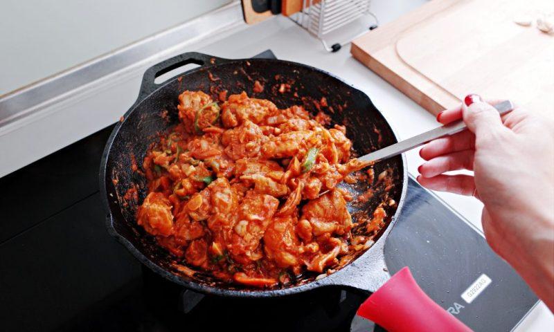 詢問度爆表+無敵好用的 Lodge 主廚弧形平煎鍋|台式花生醬燉雞