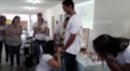 Vídeo foi gravado por um dos alunos durante o que parece ser uma aula sobre educação sexual / Foto: Reprodução