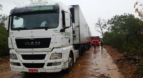 O caminhão estava com duas carretas carregadas de frios / Foto: Cortesia/Polícia Militar