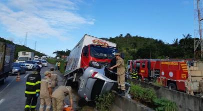 Colisão entre caminhão e carro deixa ferido na BR-232 / Foto: Cortesia / Willams Apolinário