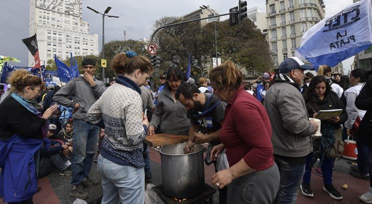 População protesta contra medidas de arrocho fiscal na Argentina / Foto: Juan Mabromata/AFP