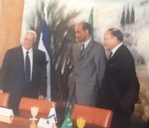 Le Premier ministre Ariel Sharon accueille le ministre des Affaires étrangères mauritanien Dah Ould Abdi et l'ambassadeur Freddy Eytan. Jérusalem-22 mai 2001