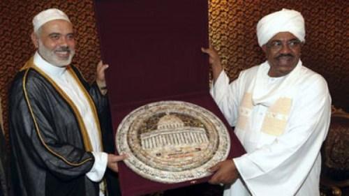 Le président soudanais Omar el-Béchir accueille le chef du Hamas Ismail Haniyeh à Khartoum, 2011