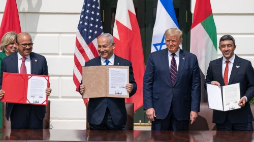 La Maison Blanche, le 15 septembre 2020. Le Premier ministre Nétanyahou avec le Président américain Trump, le ministre des Affaires étrangères et de la Coopération internationale des Émirats arabes unis, Sheikh Abdullah Bin Zayed (à l'extrême droite) et le ministre des Affaires étrangères de Bahreïn Abdullatif Al Zayani (à l'extrême gauche).