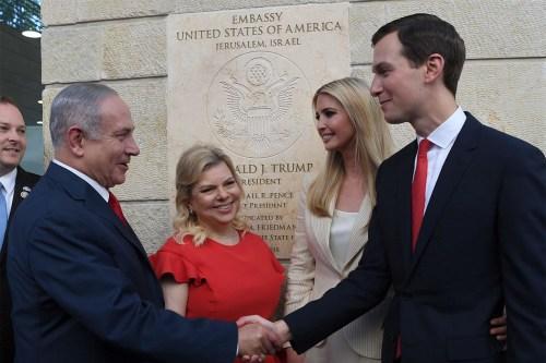 Le Premier ministre et Mme Netanyahu accueillent Jared Kushner et Ivanka Trump à la cérémonie d'inauguration de l'ambassade américaine à Jérusalem, le 14 mai 2018
