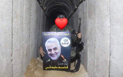 Un combattant du Jihad islamique détient une photo de Qasem Soleimani dans l'un des tunnels de la bande de Gaza.