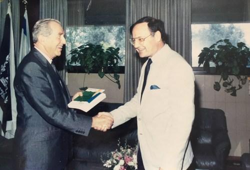 Le Président Haïm Herzog félicite Freddy Eytan pour son ouvrage sur le « Conflit arabe - de Balfour à nos jours »