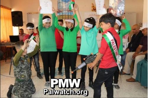 """ילדים """"הורגים"""" חייל ישראלי, בי""""ס בחברון, 18 באפריל 2016"""
