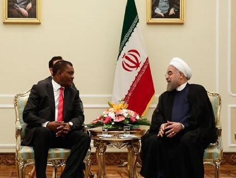 Iranian President Hassan Rouhani (R) receives Justin Muturi, the speaker of Kenya's National Assembly, in Tehran, September 25, 2016. (Photo by IRNA)