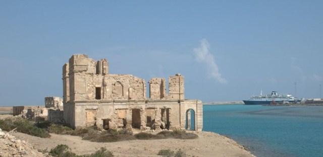 [תמונה: סואקין על חוף סודאן, מול ערב הסעודית על הים האדום, מקור: [Wikiwand