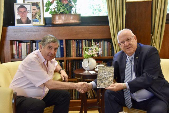 """עו""""ד ברקוביץ' מציג לנשיא המדינה את ספרו // צילום: עו""""ד שמואל ברקוביץ'"""