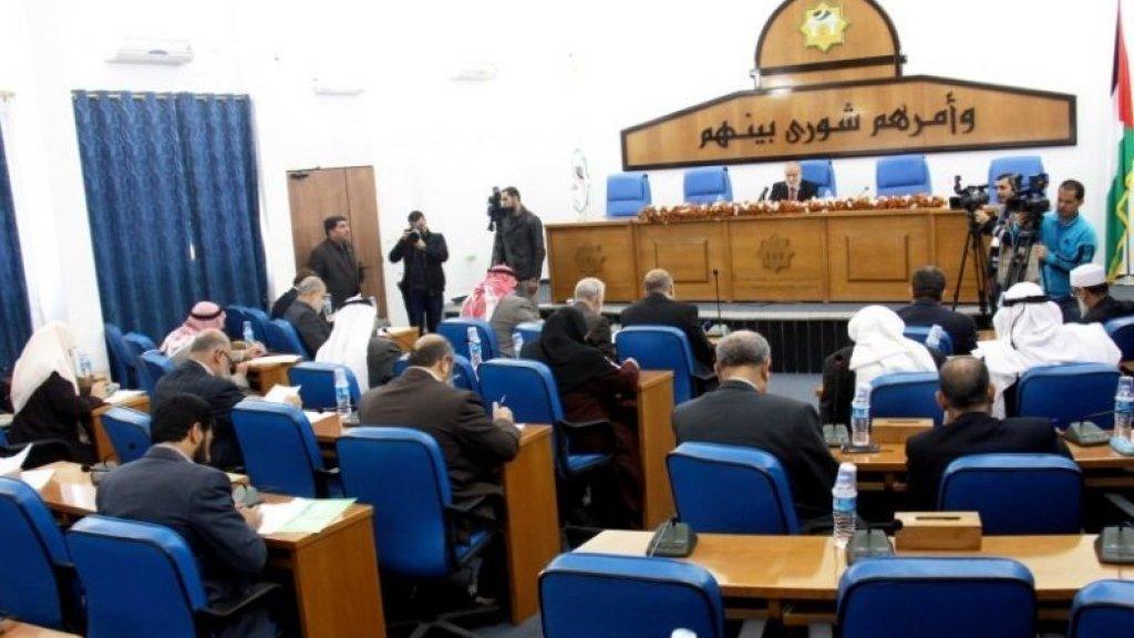 עבאס מוציא לפועל את תכניתו לפירוק המועצה המחוקקת