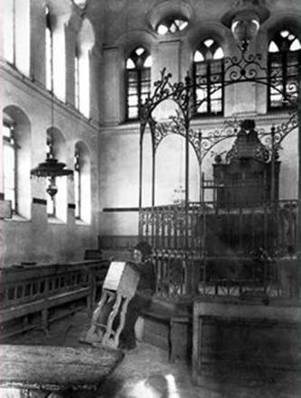 The Ohel Yitzchak Synagogue before the Arabs destroyed it, early twentieth century. (courtesy of the Western Wall Heritage Foundation)