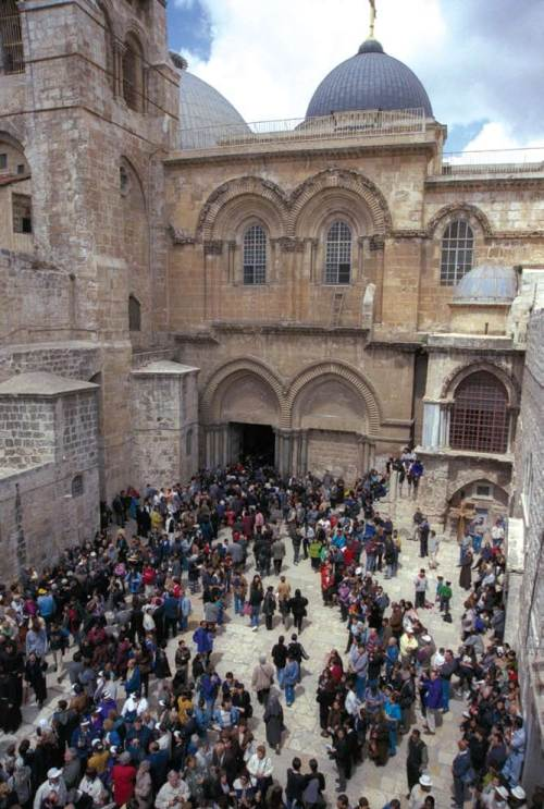 Freedom of worship for Christians at the Church of the Holy Sepulchre. In many Muslim countries in the Middle East, Christians are persecuted, and they have been emigrating if not fleeing. It is only in Israel that their number has increased. (Government Press Office)