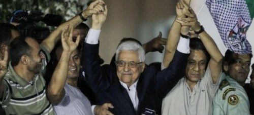 Mahmoud Abbas honors released prisoners.