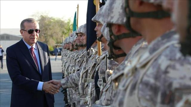 Erdoğan greets Turkish troops in Doha, Qatar, in 2017