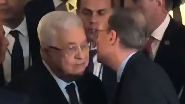 Jeremy Ben-Ami kissing Mahmoud Abbas