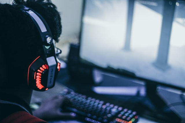 一位男子正在用電腦玩電動