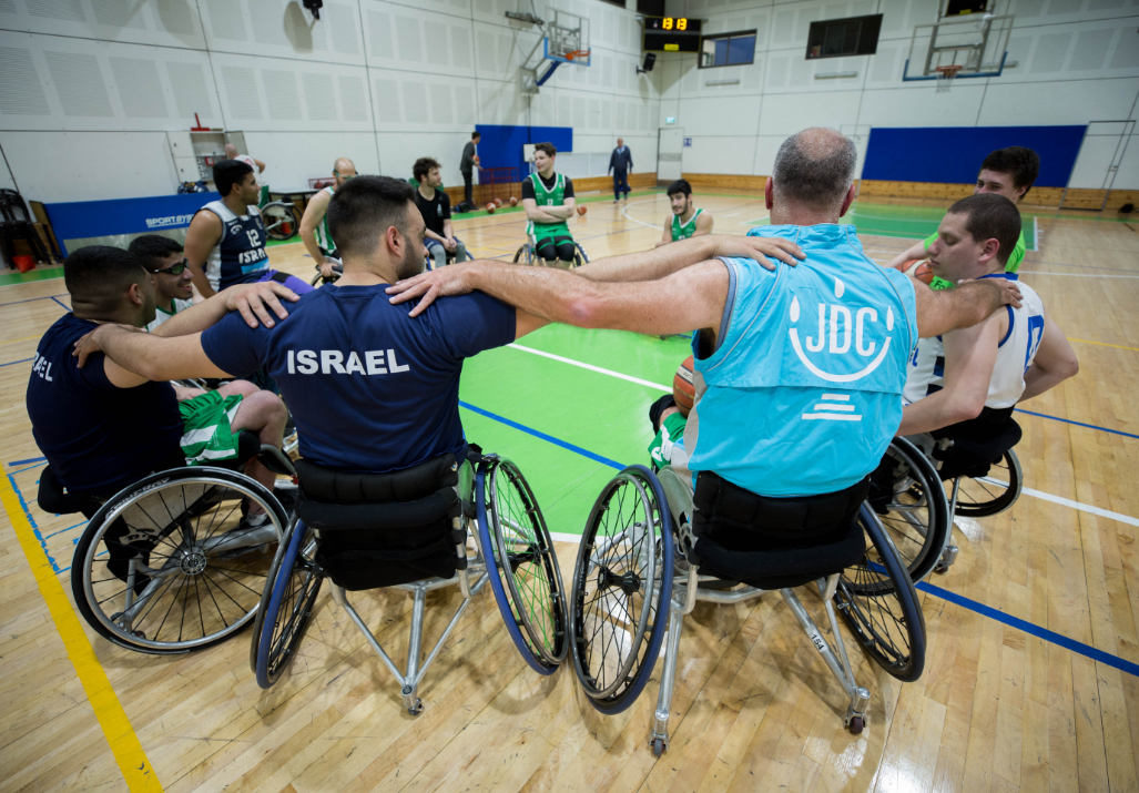 JDC volunteer and clients with disabilities playing basketball with Israel Unlimited.