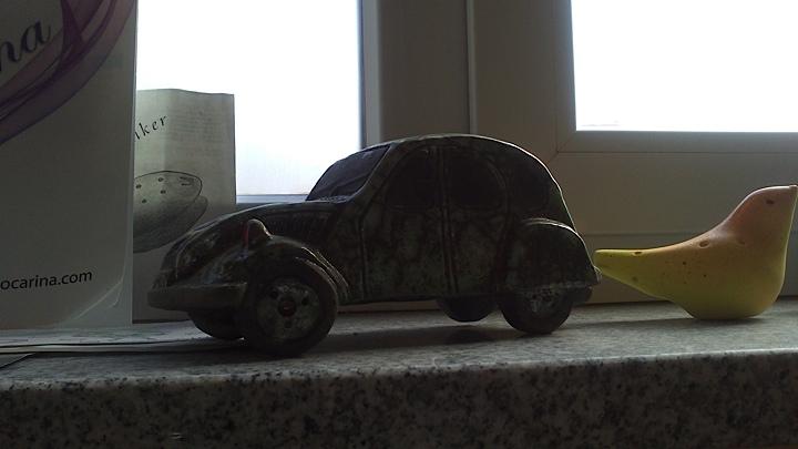 窓辺に何気なく置かれている自動車の置物。この自動車もやはりオカリナ。