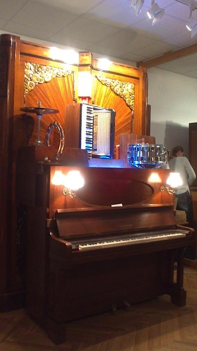 一つの楽器だけでなく、このようにたくさんの楽器がセットになっていて、迫力ある演奏を楽しむことができます。