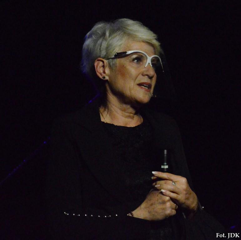 Helena Gołębiowska, dyrektor Jasielskiego Domu Kultury wita gości