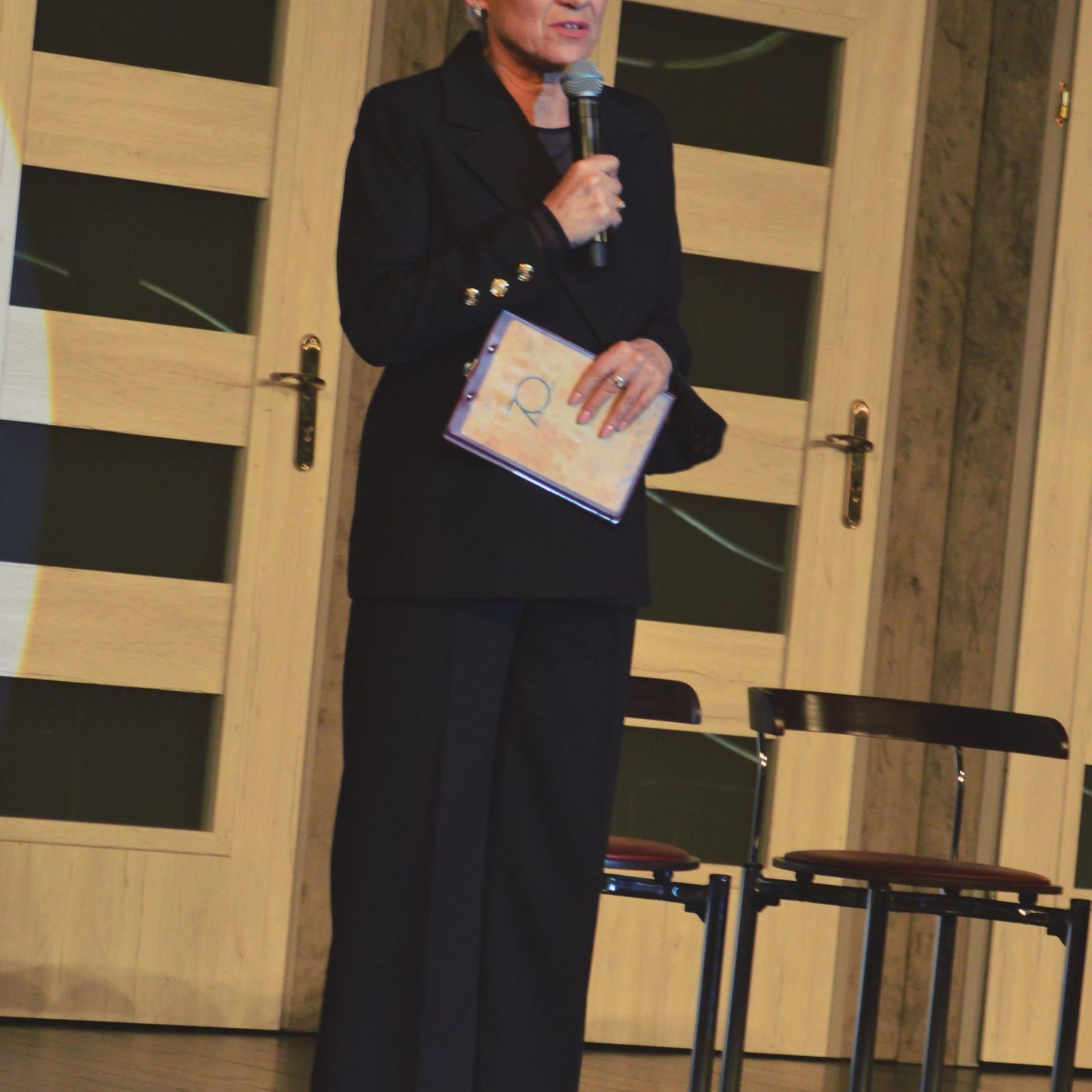 Dyrektor Jasielskiego Domu Kultury Helena Gołębiowska zaprasza publiczność na spektakl