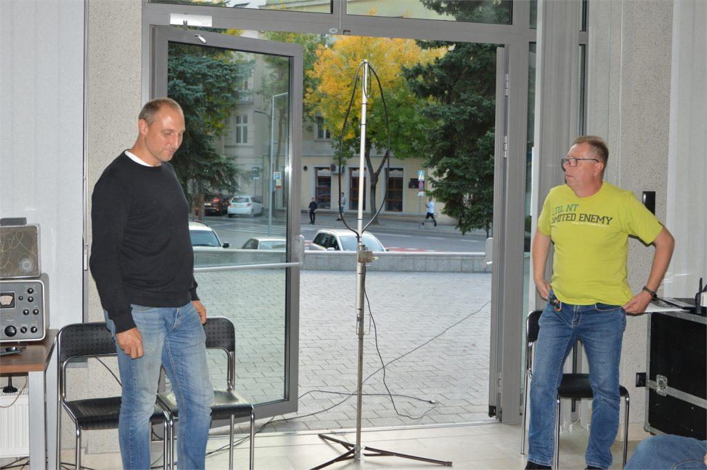 Łukasz Smyka i Marek Czachowski prezentują antenę krótkofalarską