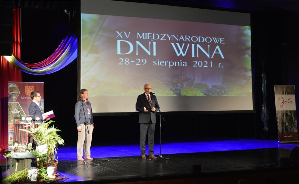 Prowadzący, Leszek Szczęch i burmistrz Ryszard Pabian na scenie JDK.