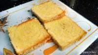 Pão torrado pronto para a montagem do sanduíche de presunto