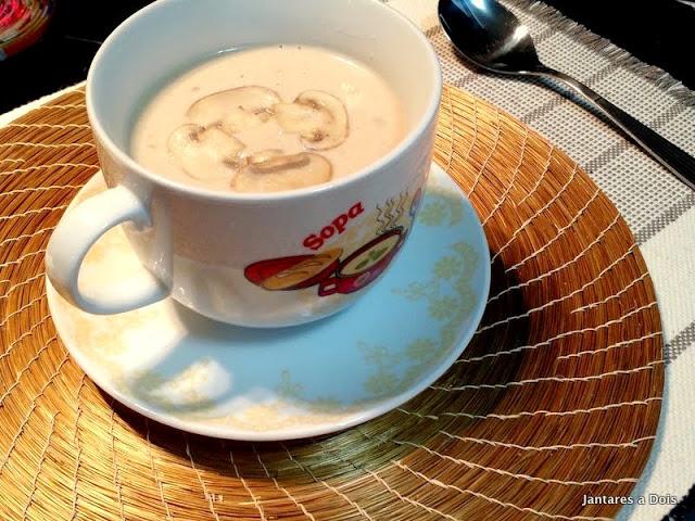 Sopa cremosa de cogumelo paris