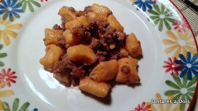 foto do nhoque de batata doce com molho bolonhesa