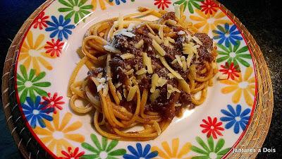 Espaguete com ragú de carne