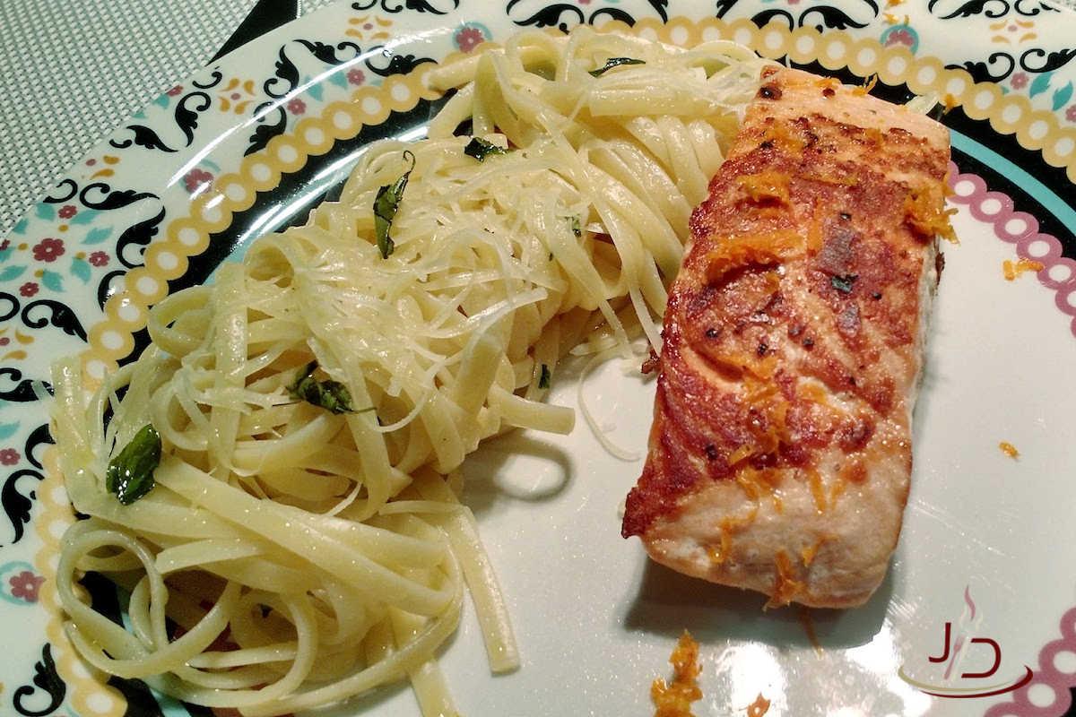 Salmão grelhado com macarrão na manteiga de manjericão