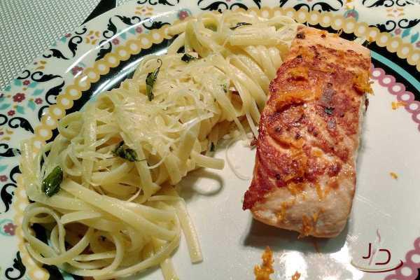 Salmão grelhado com macarrão