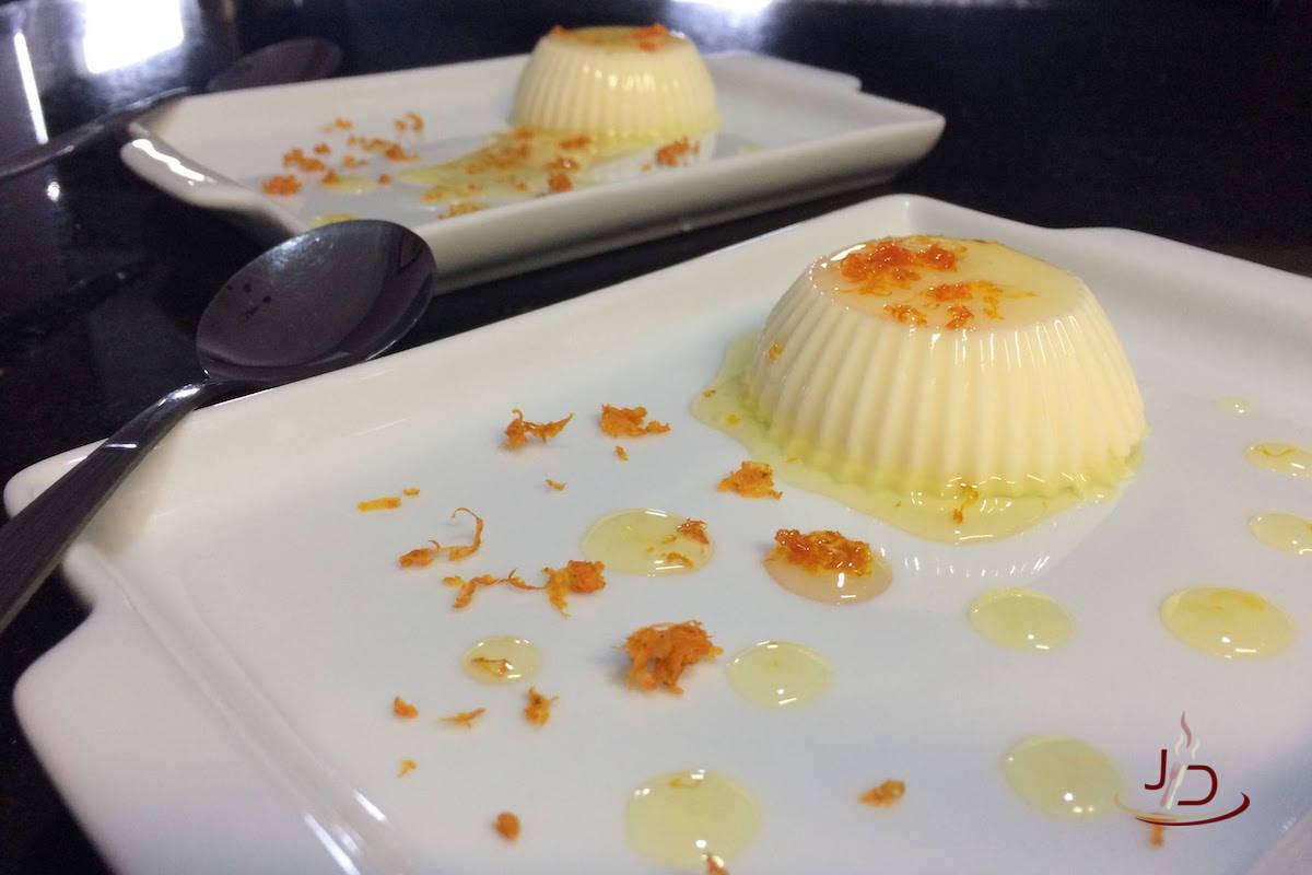 Panna cotta de chocolate branco e calda de limão